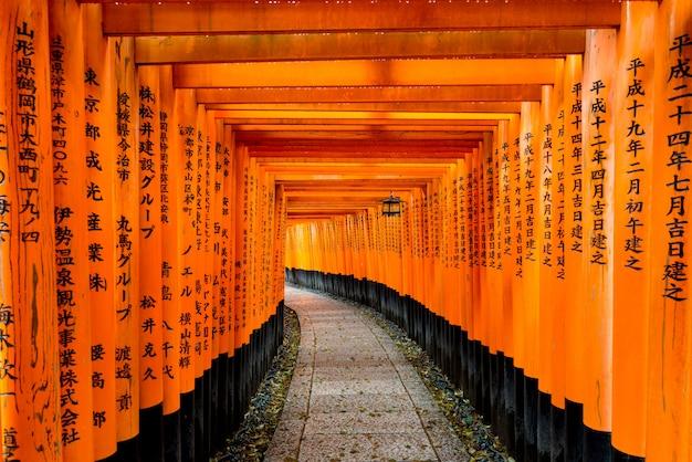 Rode tori-poort bij heiligdom van fushimi inari in kyoto, japan.