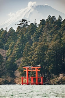 Rode torii in meer met fuji-berg, japan