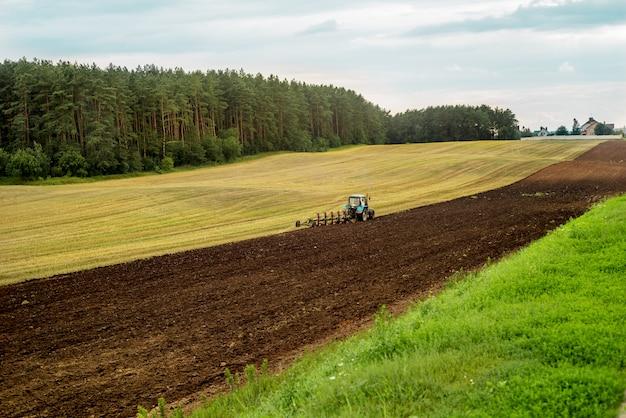 Rode tractor in het veld.