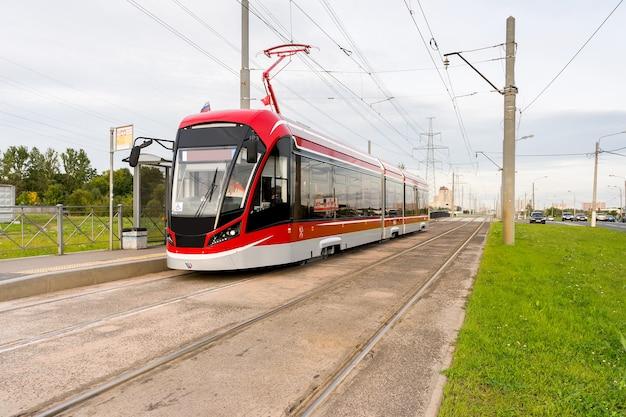 Rode tram bij halte. zomer. selectieve aandacht