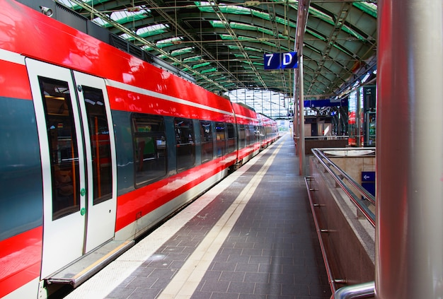 Rode trein bij station in berlijn, duitsland