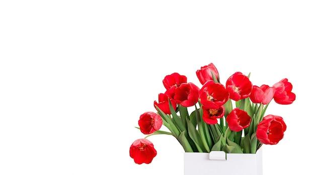 Rode tulpen bloemen met een doos geïsoleerd op een witte achtergrond