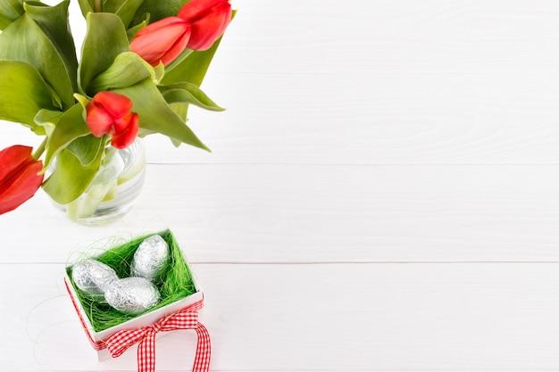Rode tulpen en geschenkverpakking