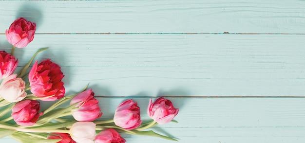 Rode tulpen op blauwe houten munt