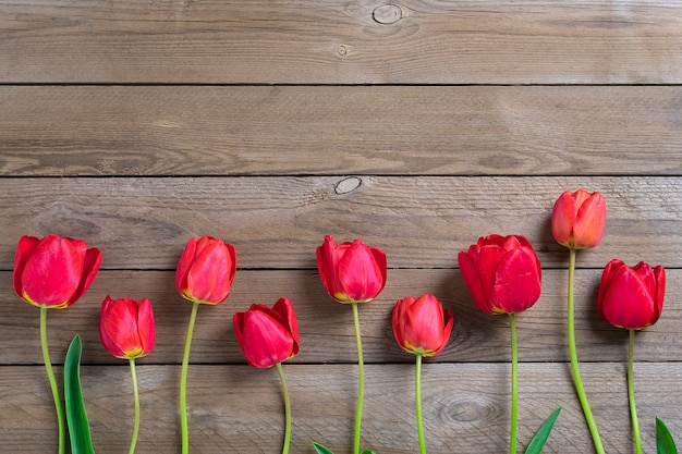 Rode tulpen op houten achtergrond met ruimte voor tekst, bericht. mother's day, hello-de lenteconcept.