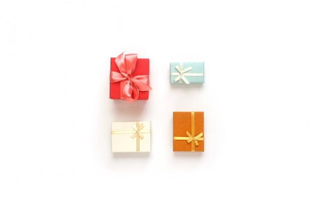 Rode, turquoise, bruine en witte geschenkdozen set. collectie presenteert gerangschikt op een witte achtergrond, bovenaanzicht.