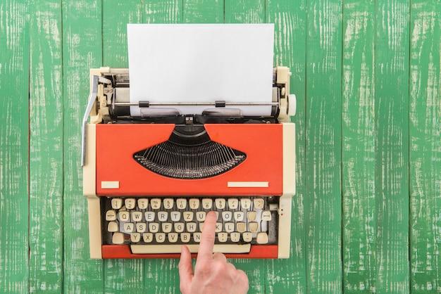 Rode typemachine op de tafel
