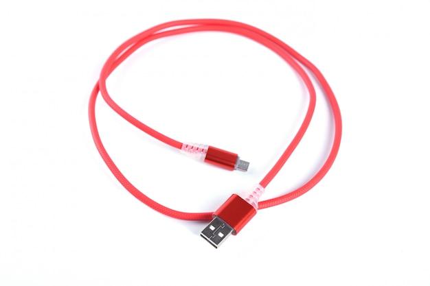 Rode usb-kabel voor smartphonelading geïsoleerd.