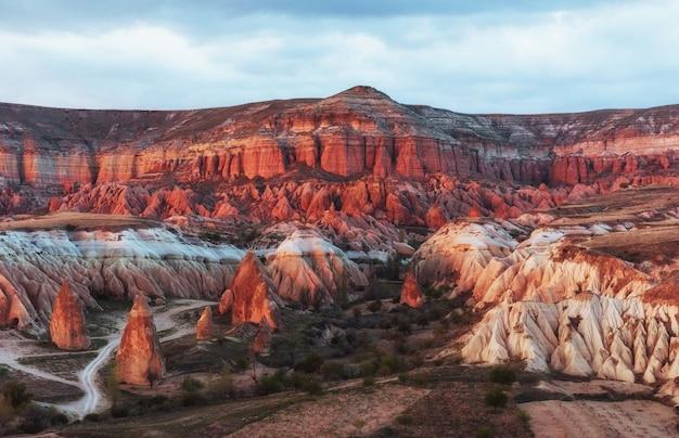 Rode vallei in cappadocia, anatolië, turkije. vulkanische bergen i