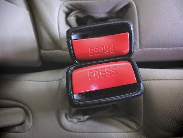 Rode veiligheidsgordelvoeten in de auto