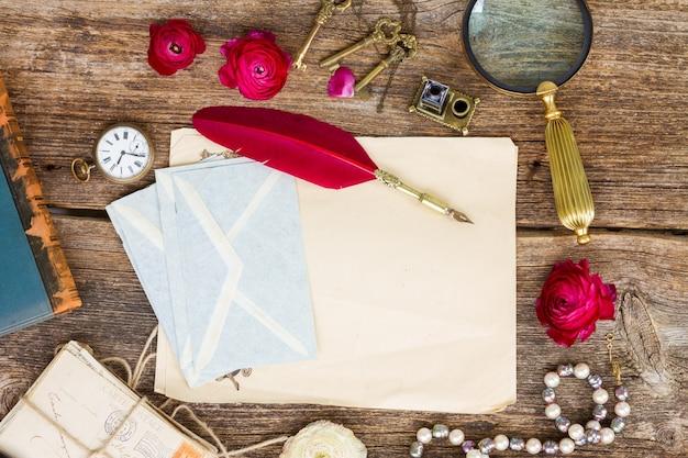 Rode veren pen op stapel oud papier