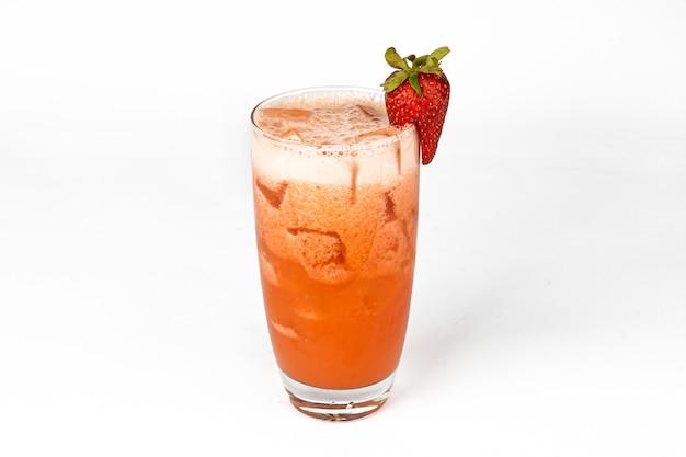 Rode verse aardbeiencocktail smoothiesap in glas met ijs geïsoleerd op witte vitaminedrank