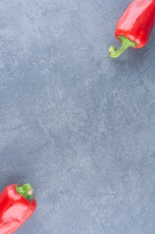 Rode verse paprika's op marmer.