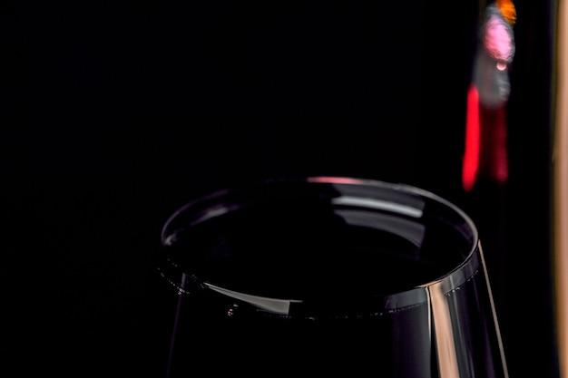Rode versterkte wijn in een glazen beker kunst fotografie op een zwarte achtergrond close-up