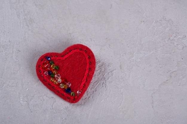 Rode vilt hart ambachten versierd met kralen. valentijnsdag decor.