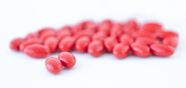 Rode vitamines op witte achtergrond