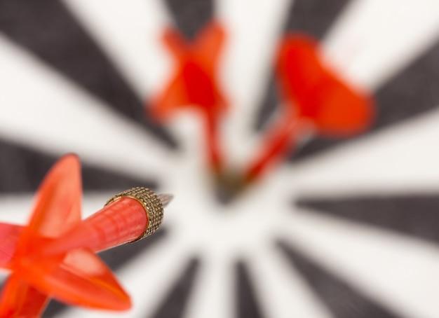 Rode vliegende pijl naar dartbord schot in de roos