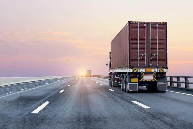 Rode vrachtwagen op snelwegweg met container