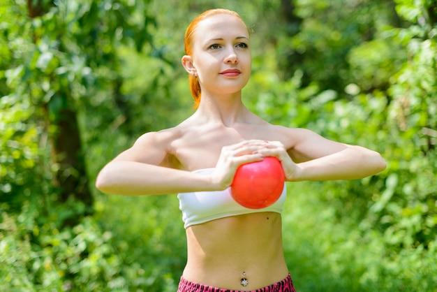 Rode vrouw fitness instructeur