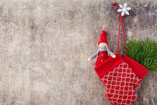 Rode wantenhandschoenen op houten kerstmis.