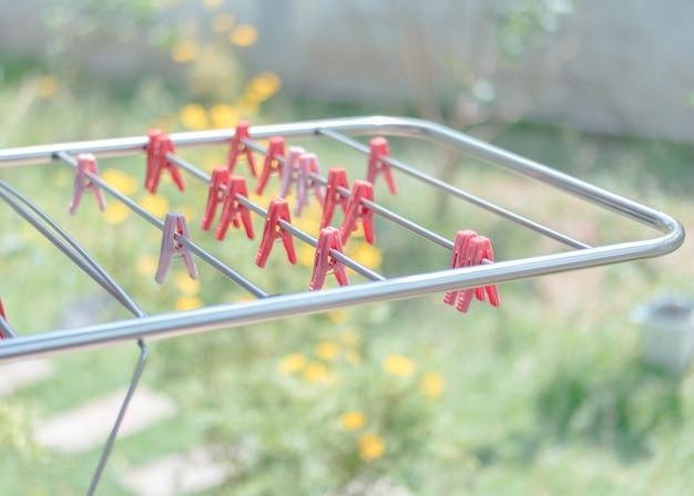 Rode wasknijper opknoping bij wasrek
