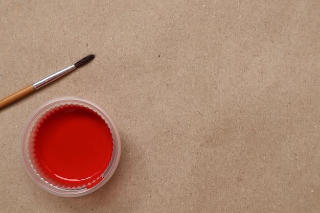 Rode waterverf klaar voor gebruik