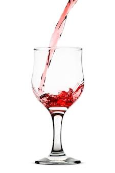 Rode wijn die in glas wordt gegoten