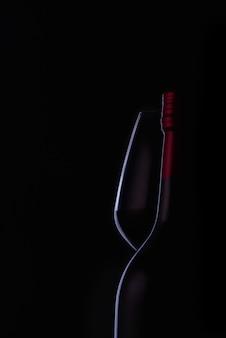 Rode wijn en druif in zwarte toon