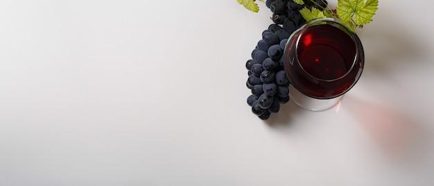 Rode wijn en druiven... bovenaanzicht... banner. kopieer de ruimte van uw tekst.