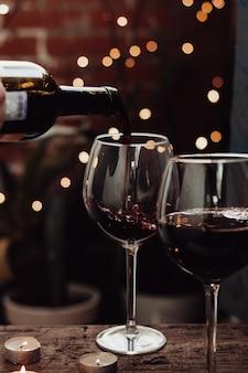 Rode wijn giet in een glas op een datum