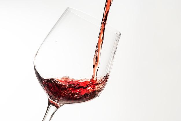 Rode wijn gieten in een wijnglas