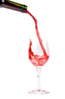 Rode wijn gieten in wijnglas
