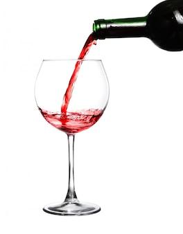 Rode wijn gieten op witte achtergrond