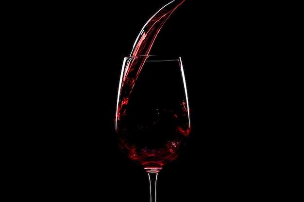 Rode wijn gieten