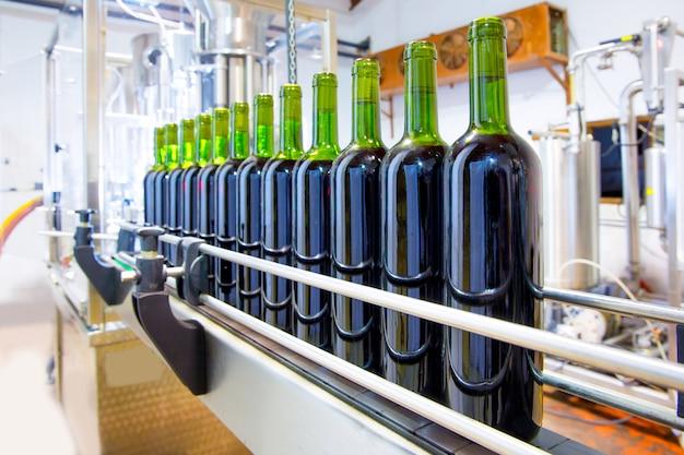 Rode wijn in bottelmachine bij wijnmakerij