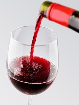 Rode wijn in een glas gieten