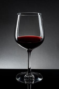 Rode wijn in geïsoleerd wijnglas