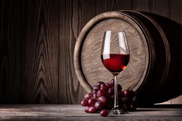 Rode wijn in glas en tros druiven