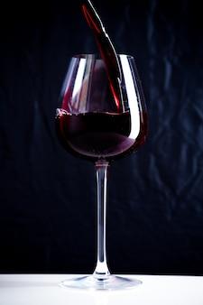 Rode wijn in het glas gieten
