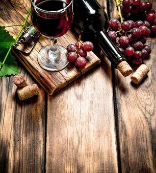 Rode wijn met een wijnstoktak
