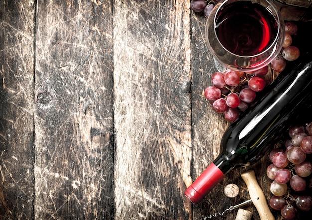 Rode wijn met glazen met druiven