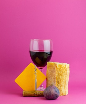 Rode wijn met kaas, brood en vijgen. frans voedsel.