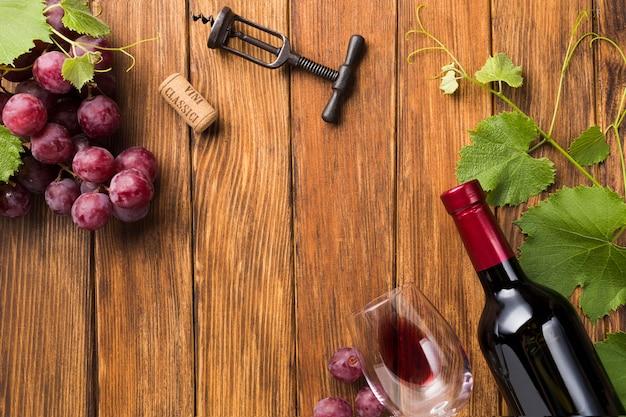 Rode wijn naast wijnstokken met exemplaarruimte