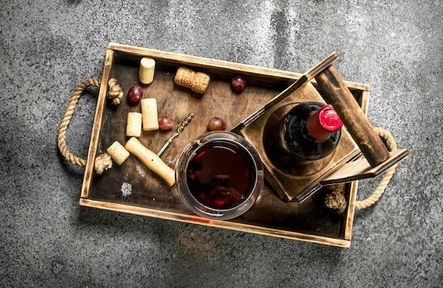 Rode wijn op een houten dienblad.