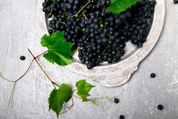 Rode wijndruiven in zilveren dienblad