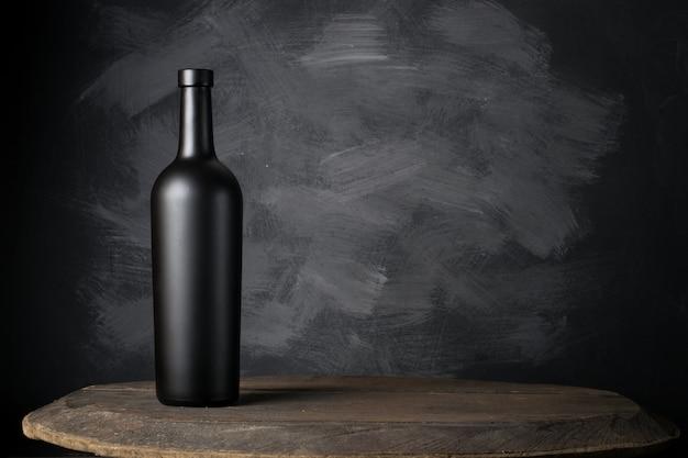 Rode wijnfles op hout