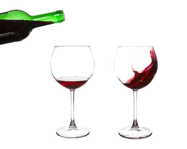 Rode wijnglas op een witte muur