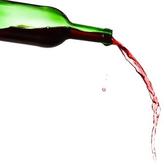Rode wijnplons, op witte achtergrond wordt geïsoleerd die