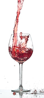 Rode wijnplons over witte achtergrond bij studio