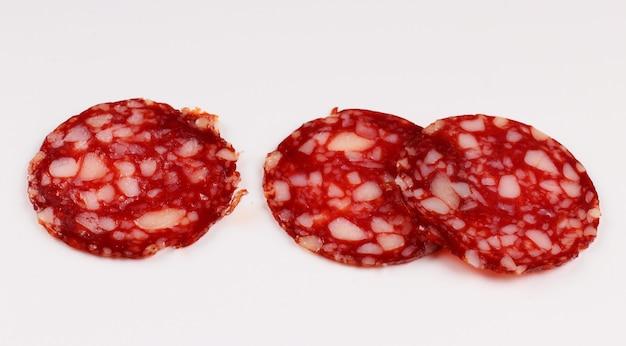 Rode worst gesneden op een wit oppervlak